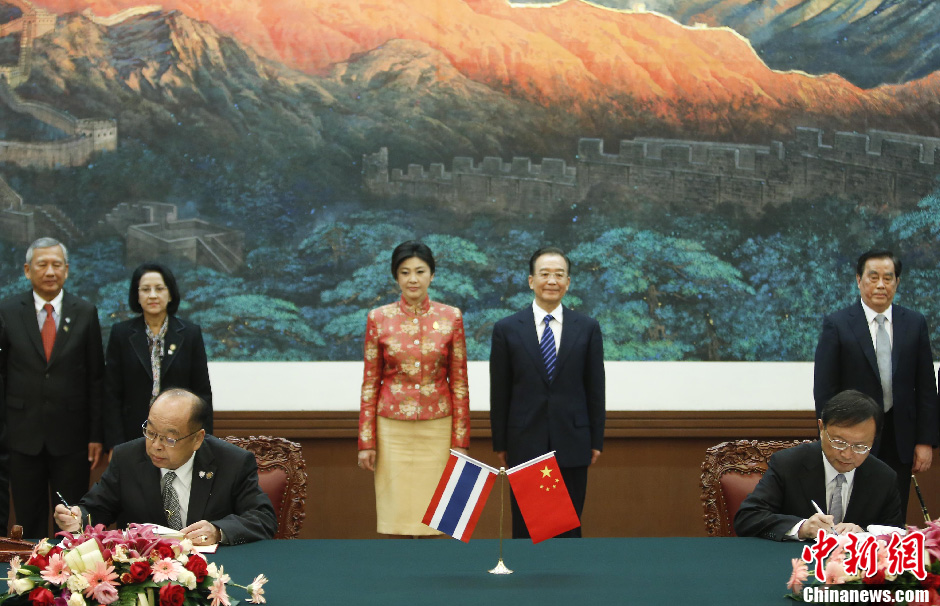 Chinese Premier Wen Jiabao (R) and Thai Prime Minister Yingluck Shinawatra witness signing of a series of deals in Beijing, capital of China, April 17, 2012.