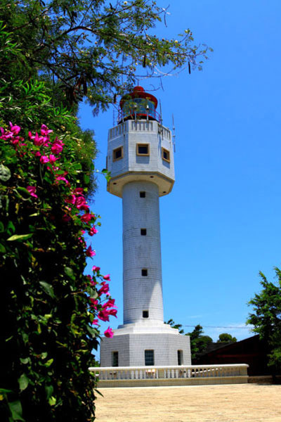 A white lighthouse watches over people at sea on Weizhou Island.[Photo/CRIENGLISH.com]