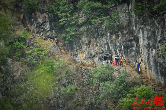 Another optional road for the villagers to cross the rift, which is more dangerous and time consuming.(chinapic.people.com.cn)