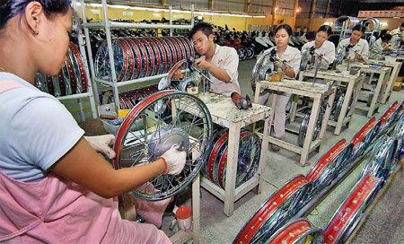 Workers assemble wheel hubs at a plant in Hung Yen province in Vietnam. The plant has received investment from the Chinese motorcycle and automobile maker Lifan Group Corp. China's outbound direct investment in non-financial sectors increased by 94.5 percent year-on-year in the first quarter of the year, hitting $16.55 billion. [Xinhua]