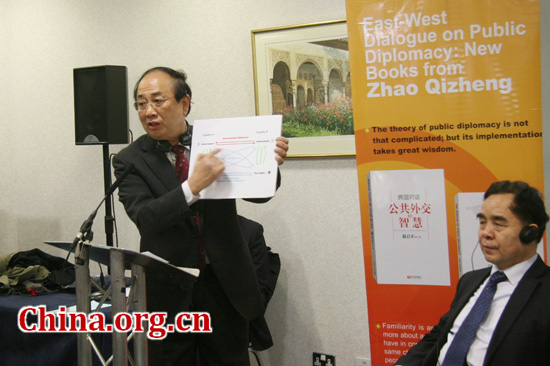 Zhao Qizheng demonstrates his theory on public diplomacy to the audiences attending his new books launch.