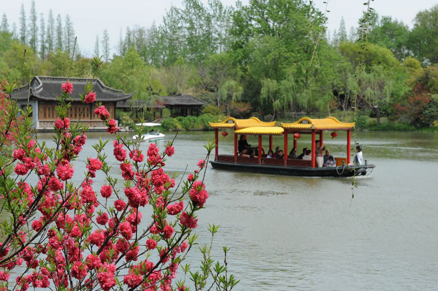 The Slender West Lake is situated in the northwest suburb of Yangzhou City in Jiangsu Province. Originally a natural river course, the lake gradually became a scenic area following continuous harnessing through the dynasties. The beauty of the Slender West Lake lies in the meandering lake and simple and unsophisticated constructions.