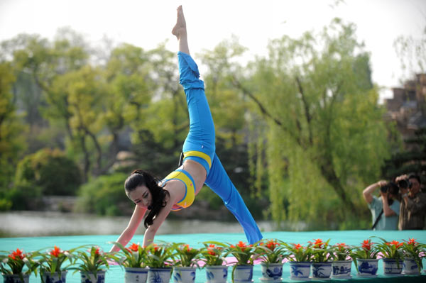 Mass yoga gathering in East China
