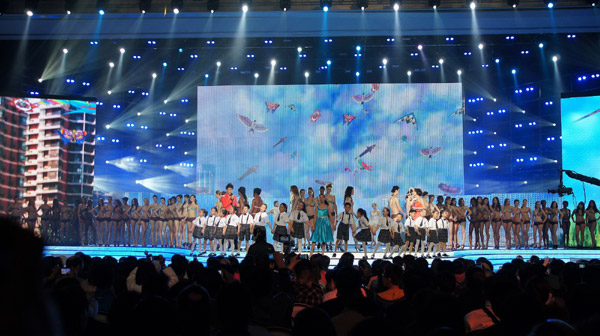 One hundred models and singers attend the 29th Weifang International Kite Festival opening ceremony in Weifang city, Shandong province, on April 21. [Photo by Tong Yu/chinadaily.com.cn]