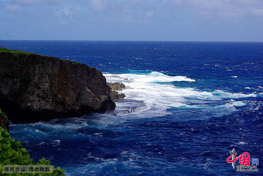 Saipan is located between the Pacific and Philippine Sea. Standing on the highest peak on the island and overlooking the scenery of the super island, by the refraction of the sun, one sees that the sea has light green, dark green, dark blue, blue ink of different colors. That unfathomable blue ink is the world's deepest trench — more than 10,000 meters deep Mariana Trench. Not to be missed on the island is diving.