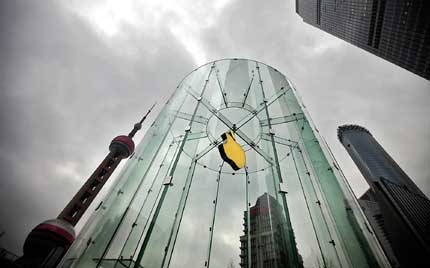An Apple logo is seen at an Apple Store in Shanghai's Pudong New Area. Apple Inc's fourfold growth in revenue in China in the January-March quarter contributed about 20 percent of the total income for the world's No. 1 technology company. [Shanghai Daily]