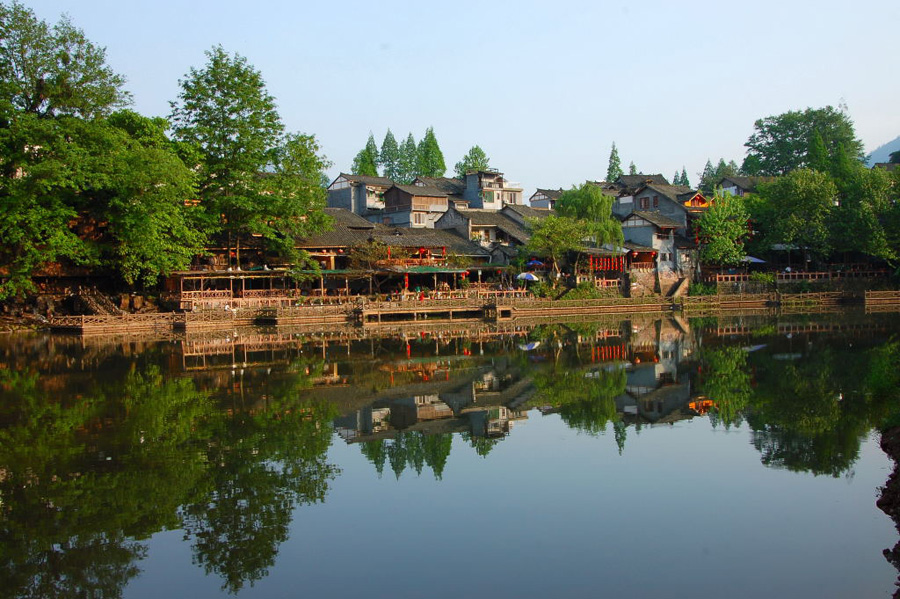 Located in Hongya County of Sichuan Province, Liujiang Ancient Town was once dominated by a few wealthy families in the old time. Its well-preserved traditional Chinese garden style residences, together with the nearby mountains and the creeks running through the town compose a beautiful landscape picture.