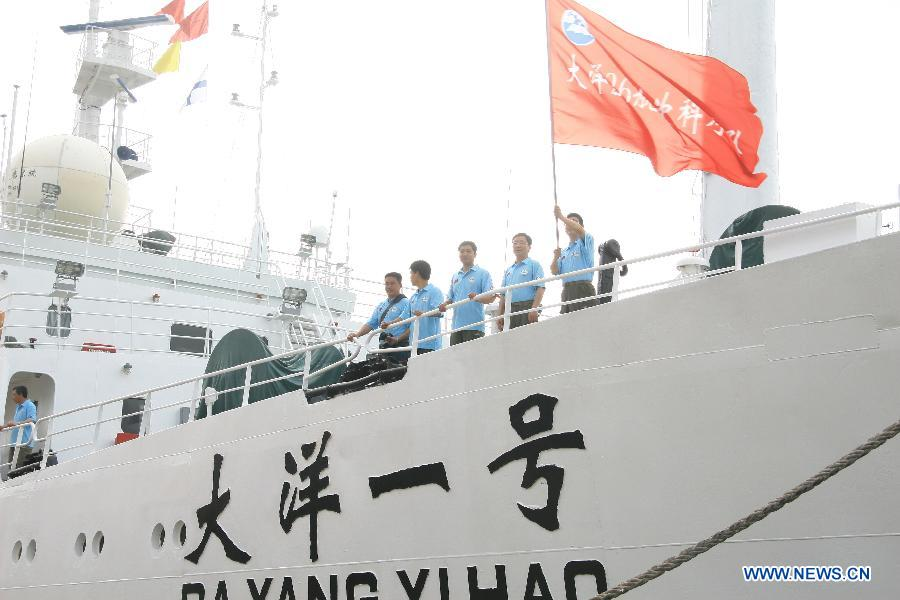 Crew members stand onboard the Chinese research vessel Dayang Yihao (Ocean No.1) as it departs from the coastal city Sanya of south China's Hainan Province, April 28, 2012. The Chinese research vessel Dayang Yihao (Ocean No.1) kicked off the country's 26th oceanic expedition mission.