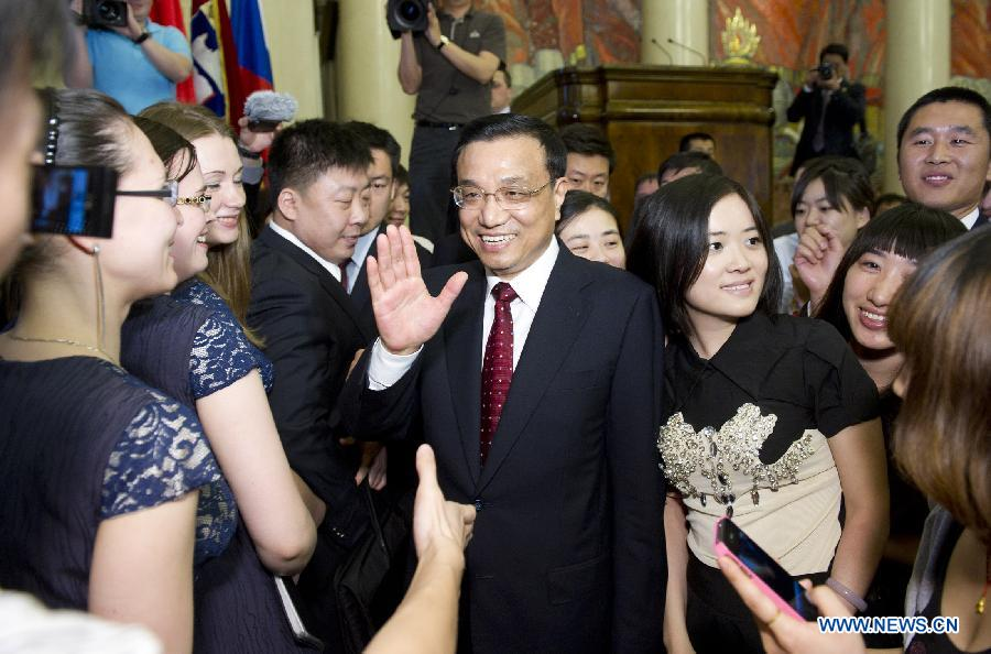 Chinese Vice Premier Li Keqiang (C) meet with students as he visits Moscow State University in Moscow, capital of Russia, April 28, 2012.