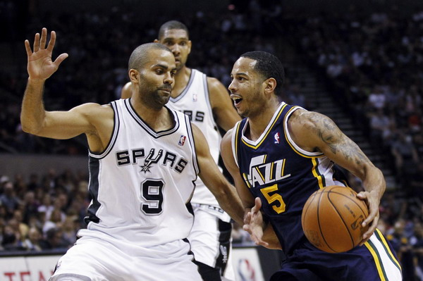 Streaking Spurs, Lakers romp in playoff openers