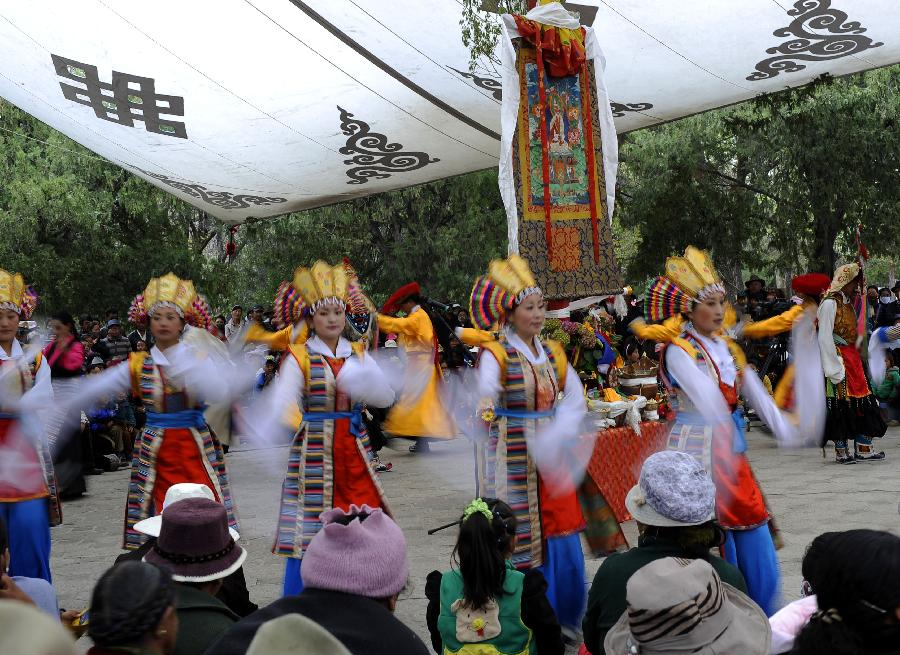 Folk actors perform Tibetan Opera at Norbulingka Park in Lhasa, capital of southwest China's Tibet Autonomous Region, May 1, 2012. The traditional Tibetan Opera performance attracted lots of citizens and tourists during the May Day holidays. (Xinhua/Chogo)