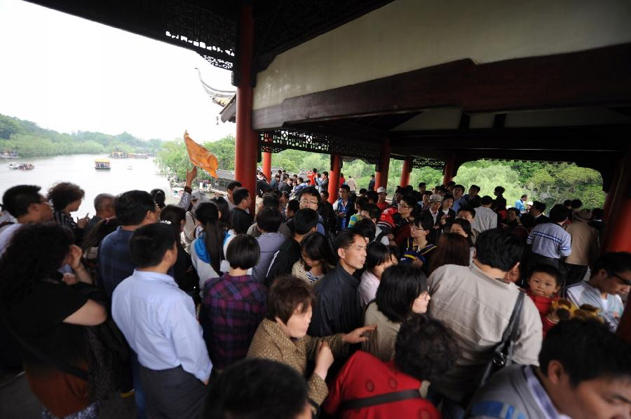 Scenic spot Slender West Lake is swarmed with tourists in Yangzhou, east China's Jiangsu Province, April 30, 2012. As weather warms, a good many people choose to spend the three-day Labor Day holiday in travelling. (Xinhua/Meng Delong)