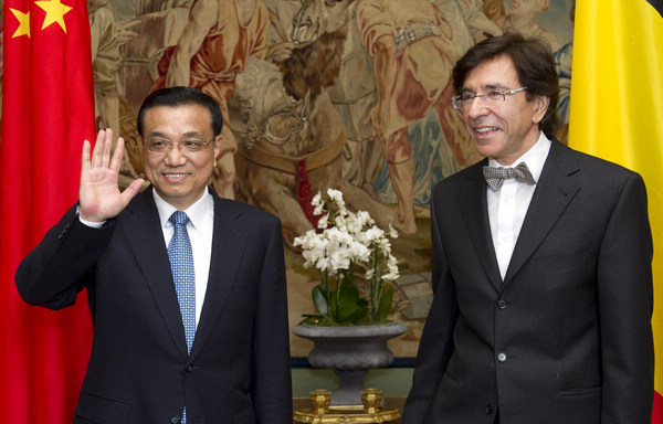 Vice-Premier Li Keqiang is welcomed by Belgium's Prime Minister Elio Di Rupo at the Egmont Palace in Brussels on Wednesday. Belgium is the last stop of Li's 10-day visit to Europe. [Xinhua]