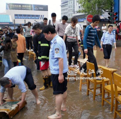 Torrential rain swept Jiangxi Province since Monday and has left four people dead. [jxnews.com.cn]