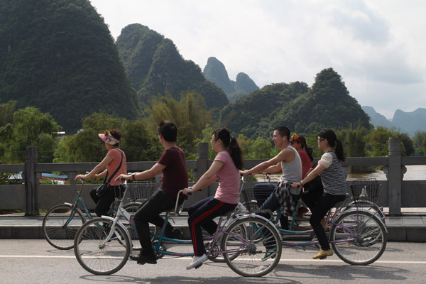 Cycling along the country roads. [Photo/chinadaily.com.cn]