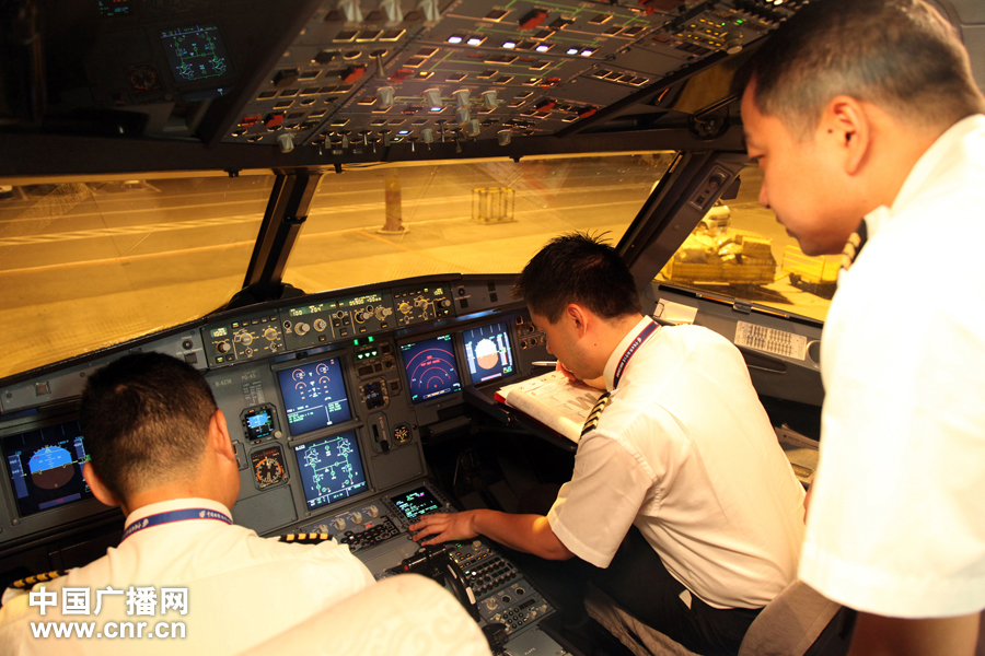 Pilots conduct pre-flight system checkups as Air China readies its first direct flight from Chengdu to Mumbai on May 2, 2012. [www.cnr.cn]