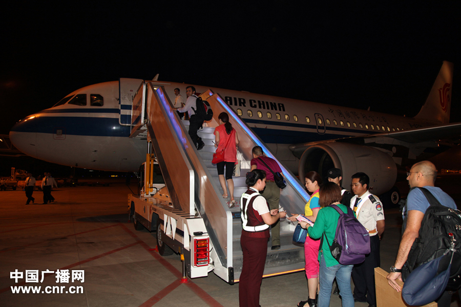 Passengers get onboard Air China's maiden flight from Chengdu to Mumbai on May 2, 2012. [www.cnr.cn]