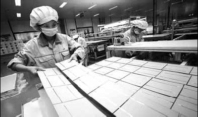 Workers assemble solar photovoltaic battery parts, which will be exported to the European Union, at a factory in Lianyungang, Jiangsu province. [China Daily]