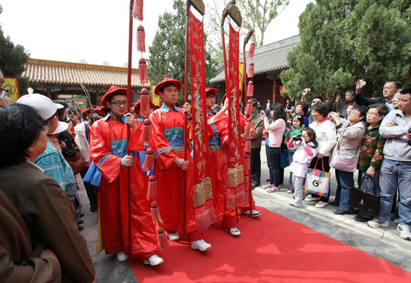 Middle school students acting as ancient honor guards attend the spring sacrificing ceremony for Confucius in Tianjin, north China, April 29, 2012. [Photo/Xinhua]