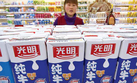 A shopper looks at Bright Food Group Co Ltd products in a supermarket in Nantong, Jiangsu province. As China's second-largest food maker, Bright Food had $12.2 billion in revenues in 2011 and has been trying to make overseas acquisitions in the past two years. [China Daily]