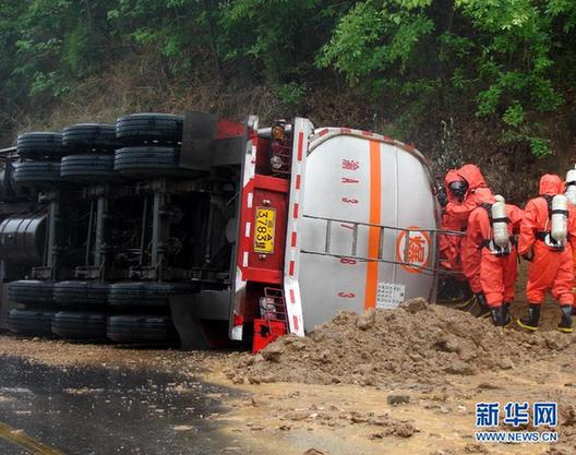 A tank car overturned and leaked cinnamene into the Hanjiang river in China's Shaanxi Province early Sunday. [Xinhua]