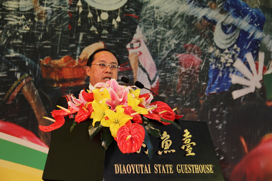 Baoting county magistrate Peng Jiadian speaks at the press conference for the promotion of Baoting tourism in Beijing on April 29, 2012. [Photo/chinadaily.com.cn]