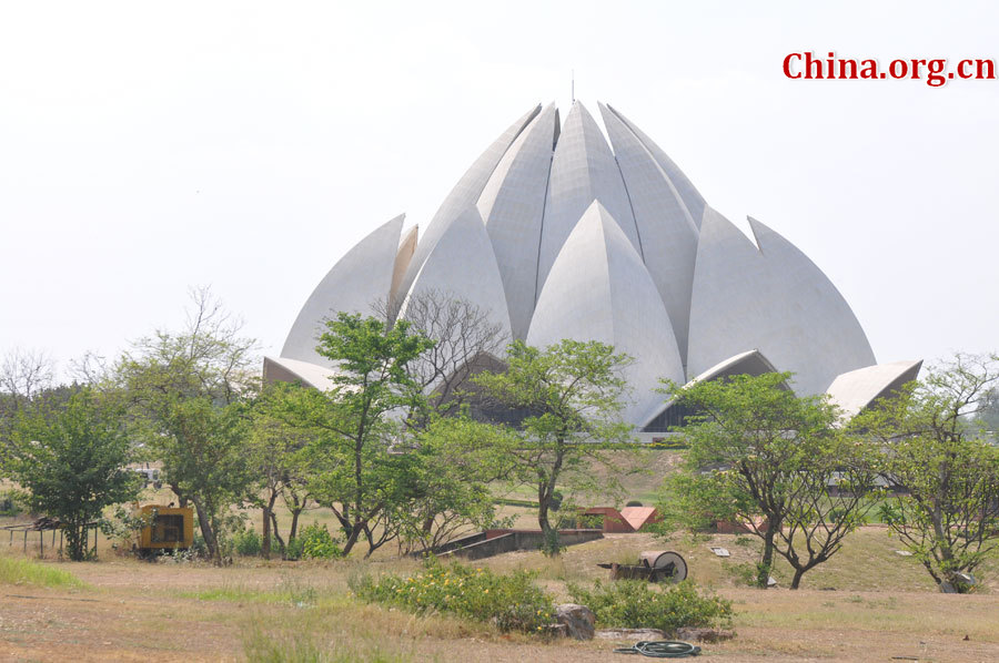 Photo taken on April 25 shows the scenery in Lotus Temple, New Delhi, India. The temple was completed in 1986 and serves as the Mother Temple of the Indian subcontinent. [China.org.cn/by Chen Chao and Huang Shan]
