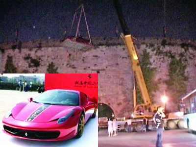 At 10:00 PM on May 6, a Ferrari sports car was lifted up to an ancient rampart in Nanjing.