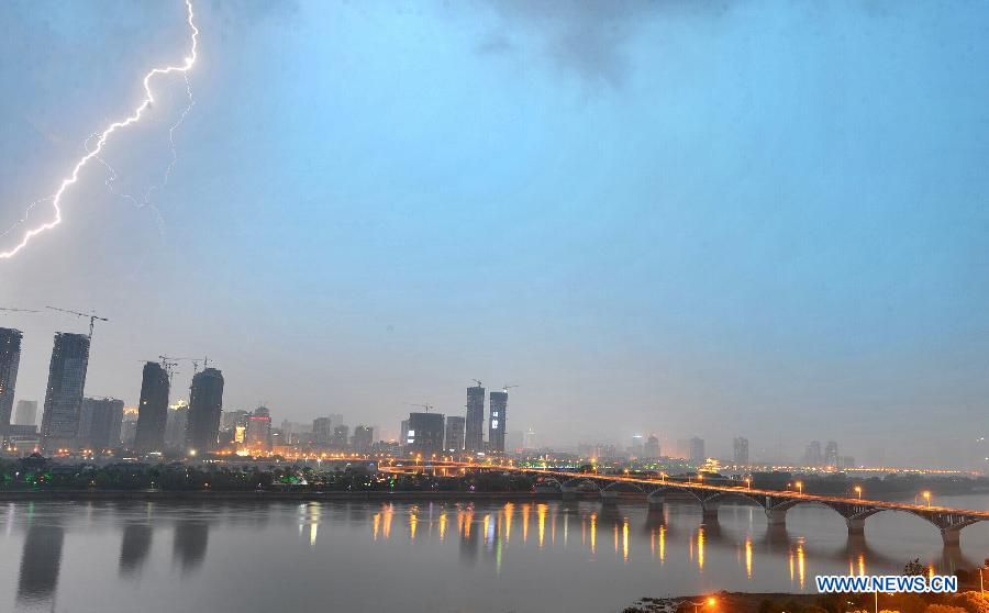Photo taken on May 8, 2012 shows the lightning in Changsha, capital of central China's Hunan Province. A rain storm hit Changsha on Tuesday. [Xinhua]