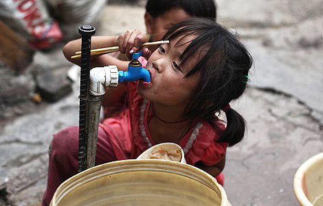 Wang Yaya drinks from a water tap in Guiyang, Guizhou province. [China Daily]