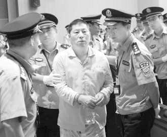 Ying Guoquan(central), who had been found guilty of graft, embezzlement, illegal distribution of State assets and taking bribes, was sentenced by a court in Zhejiang province on Tuesday.[ Photo/ China Daily ]