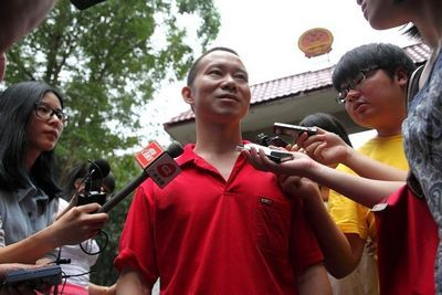 Deng Mingjian, the man in red shirt walked free from court yesterday. [ Photo/ Sina.com]