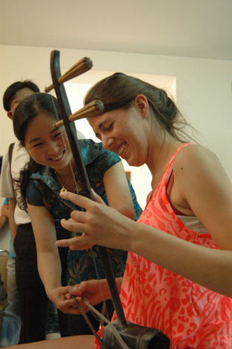 Sara from NGCSU learns to play erhu, a Chinese musical instrument, at Liaocheng University in Shandong province, May 31, 2012.
