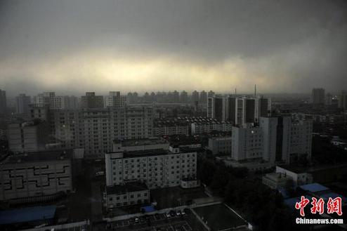 Gray blanket of clouds covers Beijing before the rainstorms approach the city on Saturday afternoon. [chinanews.com]