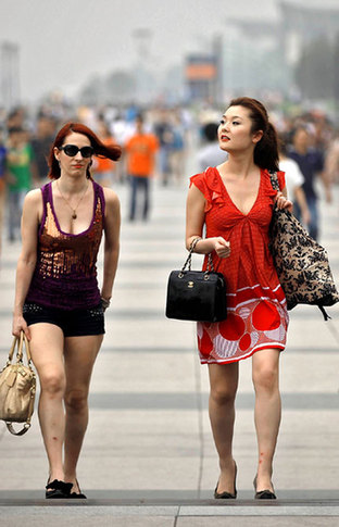Two women are suitably dressed for the weather as they walk along the Bund in Shanghai on Sunday. [Shanghai Daily]