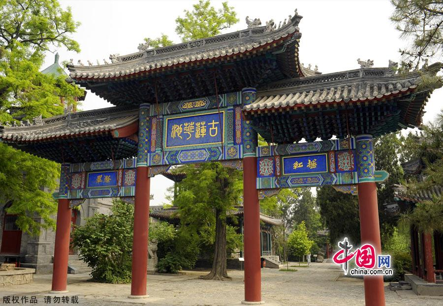 Located in Baoding city,Hebei province,the Ancient Lotus Pond Garden is one of the oldest classical gardens still existed in China.It was proved to be firstly built in Yuan dynasty as a private garden,and then became an official garden.