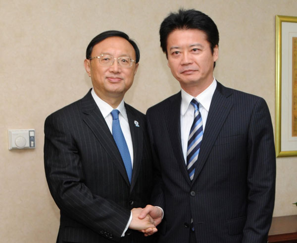 Foreign Minister Yang Jiechi (left) met his Japanese counterpart Koichiro Gemba in Phnom Penh, where he 'reaffirmed China's principled position' on the Diaoyu Islands. [Photo by Zhao Yishen / Xinhua]