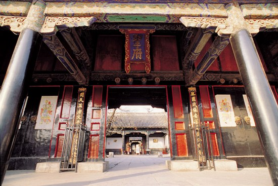 Qufu abounds with cultural relics, the most famous of which are the Confucian Temple, the Confucian Cemetery and the Confucian Family Mansion.