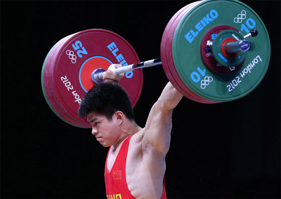 Lin Qingfeng wins the gold medal of the men's 69kg weightlifting category at the London Olympic Games on July 31, 2012. [Xinhua]