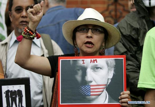 Supporters of Wikileaks founder Julian Assange demonstrate in front of the Ecuadorian Embassy in London, Britain, Aug. 16, 2012