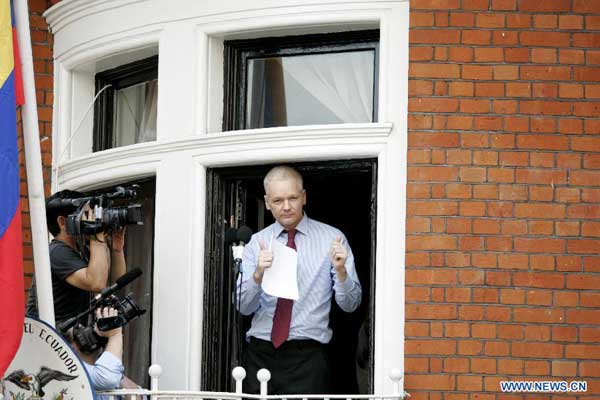 Wikileaks founder julian assange speaks from the balcony for Julian balcony