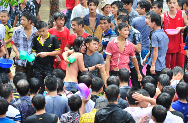 A woman is comforted by her friend after she was allegedly sexually assaulted on Thursday during events to mark a local water festival in the Baoting Li and Miao autonomous county, Hainan province. [Photo/China Daily]