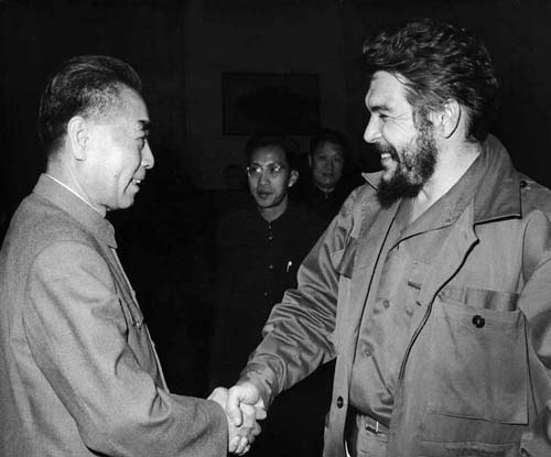 Late Premier Zhou Enlai shaking hands with the visiting Member of the National Leadership and Member of the Secretariat of the United Party of the Socialist Revolution Ernesto Guevara Serna on February 8th, 1965. [File photo]