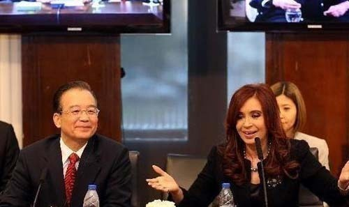 Premier Wen Jiabao (L Front) attends a video conference with leaders of the South American Common Market (Mercosur) including Argentine President Cristina Fernandez (R), Brazilian President Dilma Rousseff and Uruguayan President Jose Mujica, in Buenos Aires, capital of Argentina, June 25, 2012. [Xinhua Photo]