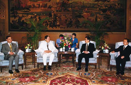China's then Vice President Hu Jintao meets with Abder Rahim Zouari, General Secretary of the Rassemblement Constitutionnel Democratique of Tunisia on June 21st, 2000. [File Photo]
