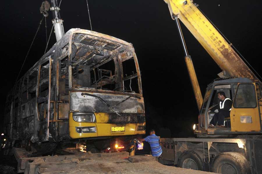烧毁双层卧铺客车被吊离现场高清图片