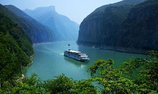 The Yangtze River Gold 1 cruise ship takes in the sights on the Yangtze River in Southwest China's Chongqing municipality on May 7, 2011. [Photo/China Daily]