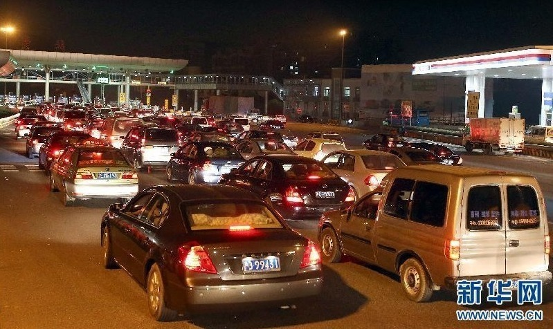 A toll-free holiday policy has been implemented in China since Sunday, also the start of the eight-day Mid-Autumn Festival and National Day holiday, which causes traffic jams a tollgate in Jiangqiao,Shanghai early on Sept. 30, 2012.[Photo/Xinhua]