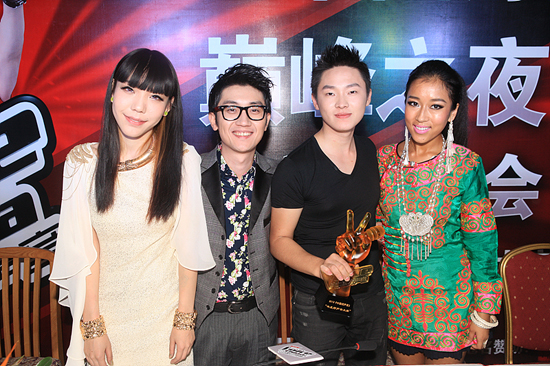 The four finalists (Wu Mochou, Jin Zhiwen, Liang bo and Jiekejunyi from left to right) stand for a group photo at the grand finale of the Voice of China on September 30, 2012. [Photo/Zhejiang Radio and TV]
