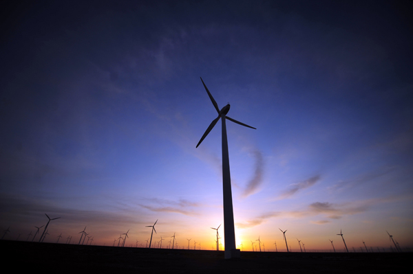 Investment in renewable energy fell 20 percent from a year ago in the third quarter as wind farm financing dropped and the pace of spending eased in the US and India. [File Photo]